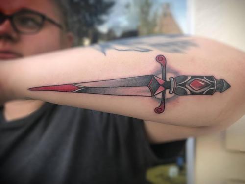 Neotradional-dagger-tattoo-oldschool